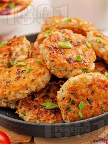 Пържени кето пилешки кюфтета с месо от гърди на тиган - снимка на рецептата